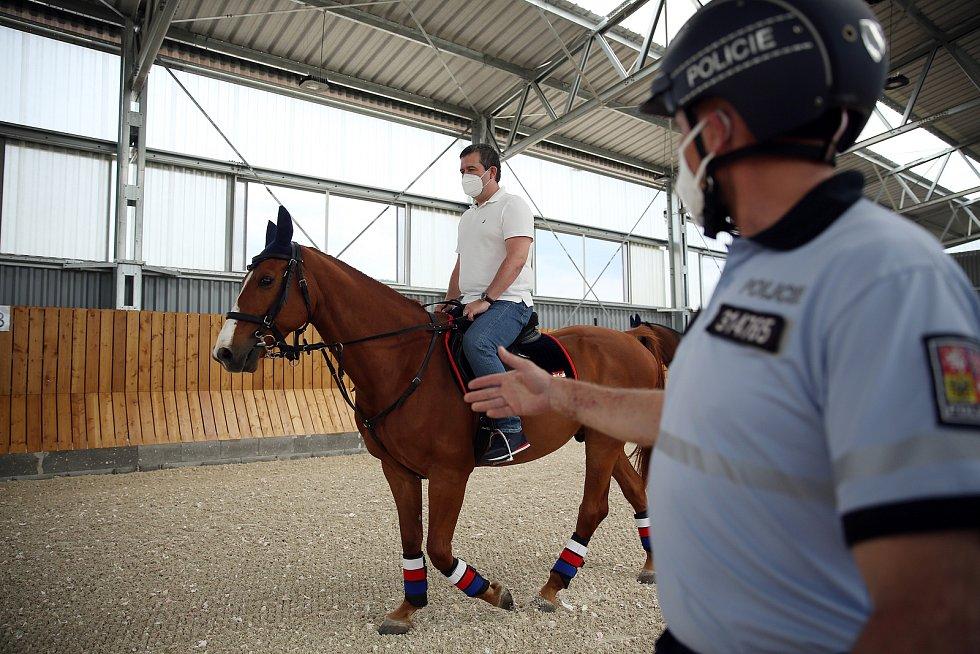 V Medlánkách se slavnostně otevřela nová hala pro výcvik policejních koní a psů a Policie ČR zároveň představila nová vozidla pro jejich přepravu.