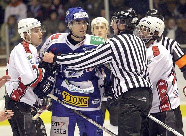 Útočníka Petra Lipinu musel uklidňovat rozhodčí.