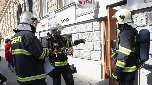 Hustý bílý dým, který vycházel ze sklepního baru na třídě Kapitána Jaroše, vyděsil místní obyvatele.
