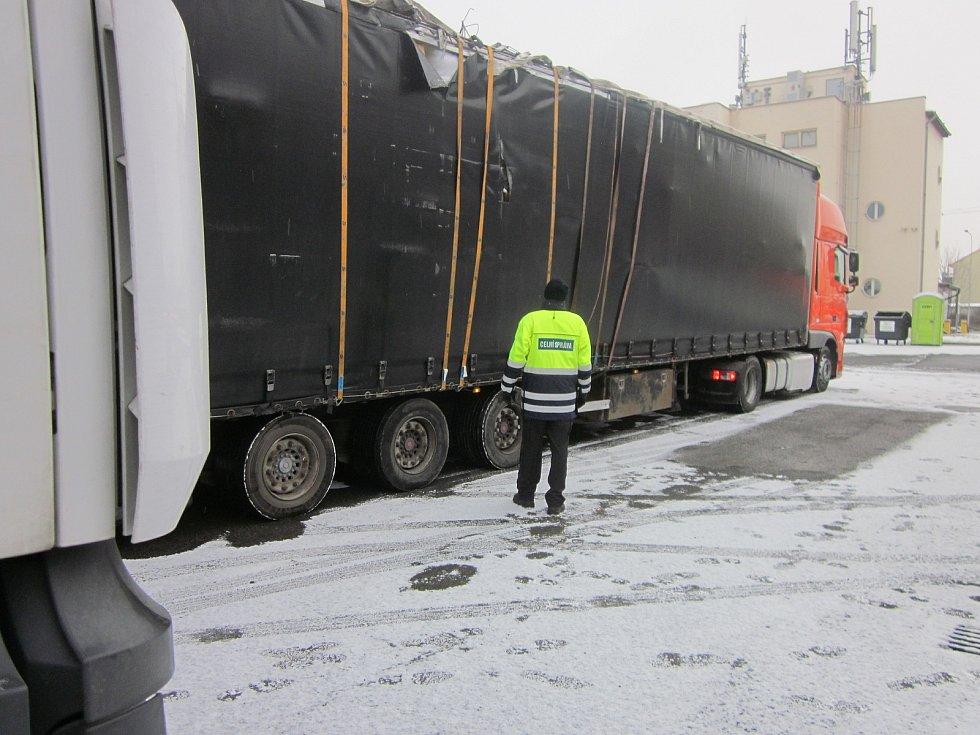 Popruhy provizorně stažená konstrukce kamionu v havarijním stavu, který odhalili jihomoravští celníci.