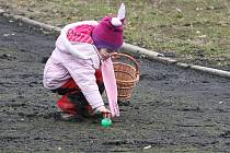 Mezi brněnským Pavilonem Anthropos v Pisárkách a lanovým centrem Jungle Park byly schované tisíce plastových malovaných vajíček.