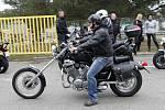 Motorkáři uctili na brněnském okruhu památku italského motocyklového jezdce Marca Simoncelliho. Nechyběli Karel Abraham, Karel Hanika ani legendy Kamil Holán a Peter Baláž.