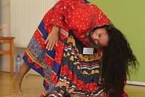 Indická kasta zaklínačů kober se proslavila tím, že její příslušníci lovili kobry a následně na trzích hadi tančili podle jejich hry. Dívky se tímto tancem inspirovaly a vznikl tanec kalbelyia sapera. Ve čtvrtek jej učily v Muzeu romské kultury.