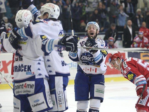 Hokejová Kometa Brno (v bílém) porazila v důležitém utkání Třinec 3:1.