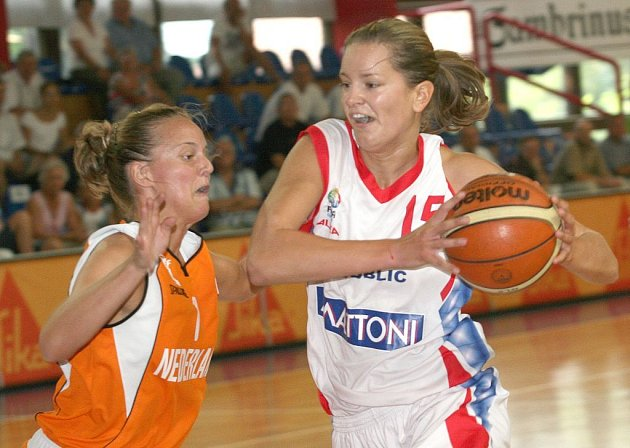 Eva Vítečková (vpravo) je jednou z basketbalistek, pro něž by mohl být světový šampionát v roce 2010 vrcholem kariéry.