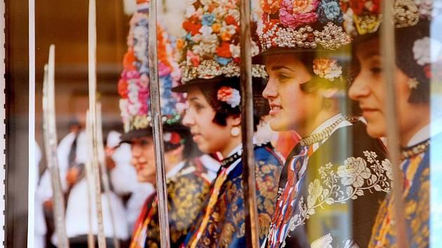 Slovácký verbuňk, Jízda králů, ale také zpěvy bećarac a průvod zvonkařů. Fotografie těchto a mnoha dalších českých a chorvatských nehmotných kulturních památek zapsaných na seznamu Unesco vystavují od středy v galerii Celnice v brněnské Löw-Beerově vile.