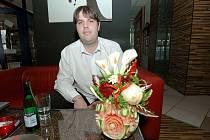 Martin Slanina vyřezává ze zeleniny a ovoce květiny