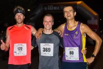 Trojice nejlepších z nočního běhu 5|10 mil Brnem. Uprostřed vítěz Jiří Čípa.