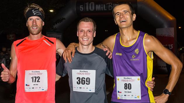 Trojice nejlepších z nočního běhu 5 10 mil Brnem. Uprostřed vítěz Jiří Čípa.