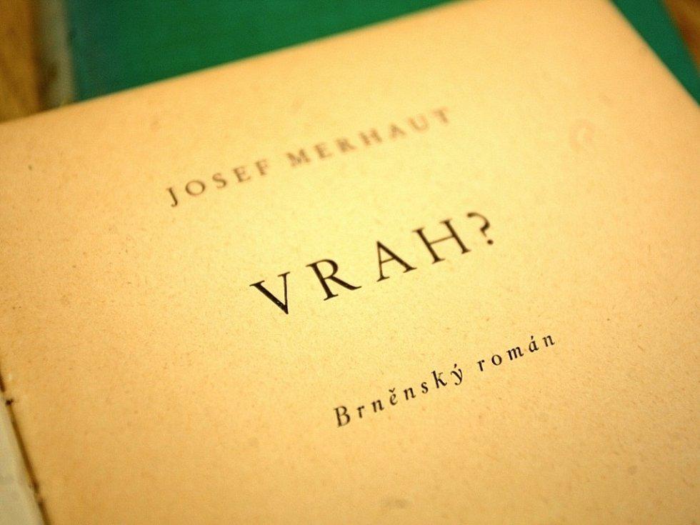 Výstava věnovaná Josefu Merhautovi navazuje na výstavní činnost Památníku v loňském roce, jejímž ústředním tématem byli bratři Mrštíkové. Potrvá do konce března.