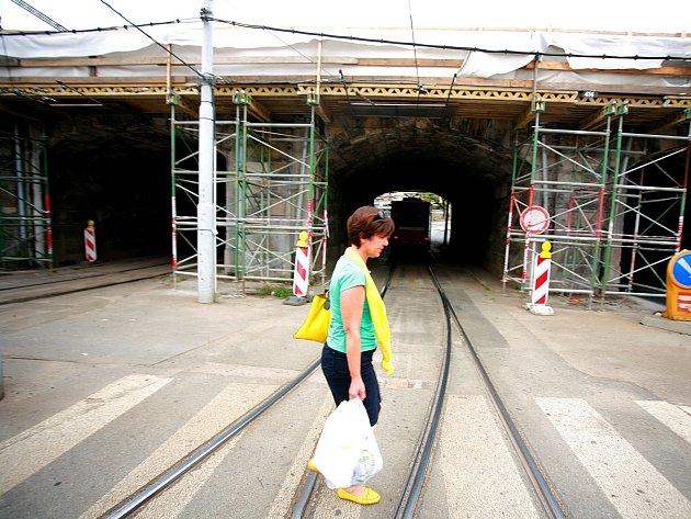 Stavbaři nyní opravují římsy viaduktu směrem ke Křenové ulici. Lešení tam bude ještě měsíc.