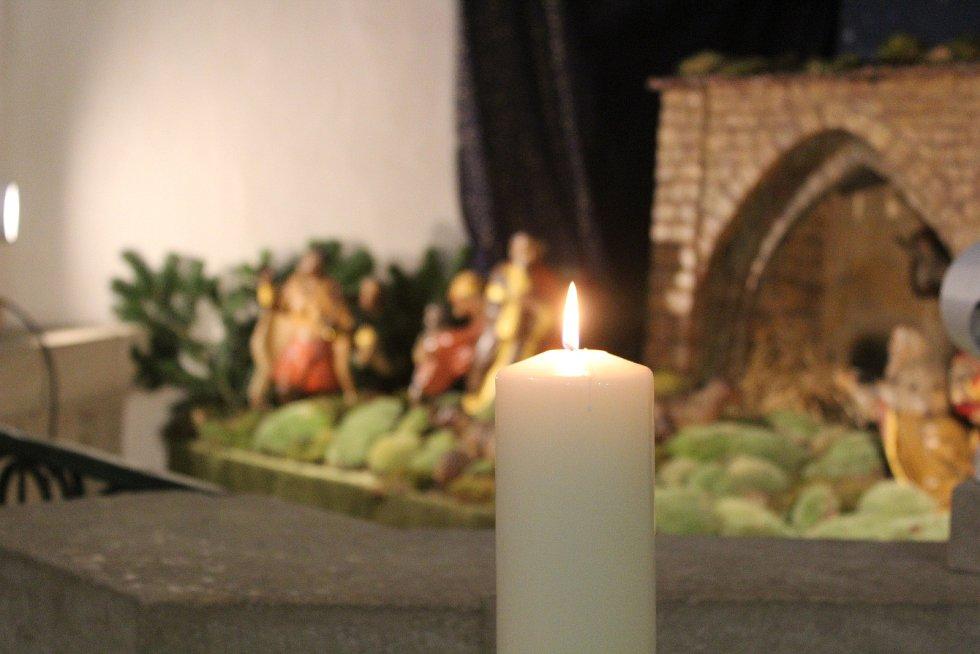 Návštěvníci katedrály světlo najdou nalevo od hlavního vchodu vedle betléma.