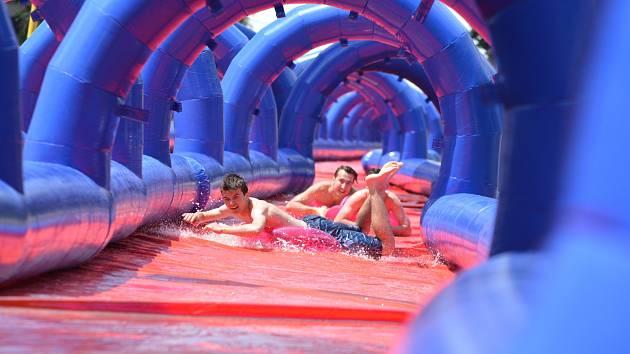 Lidé v Brně si poprvé vyzkoušejí obří vodní skluzavkou dlouhou přes 300 metrů.