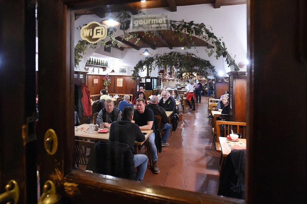 Poslední večer před uzavřením restaurací.