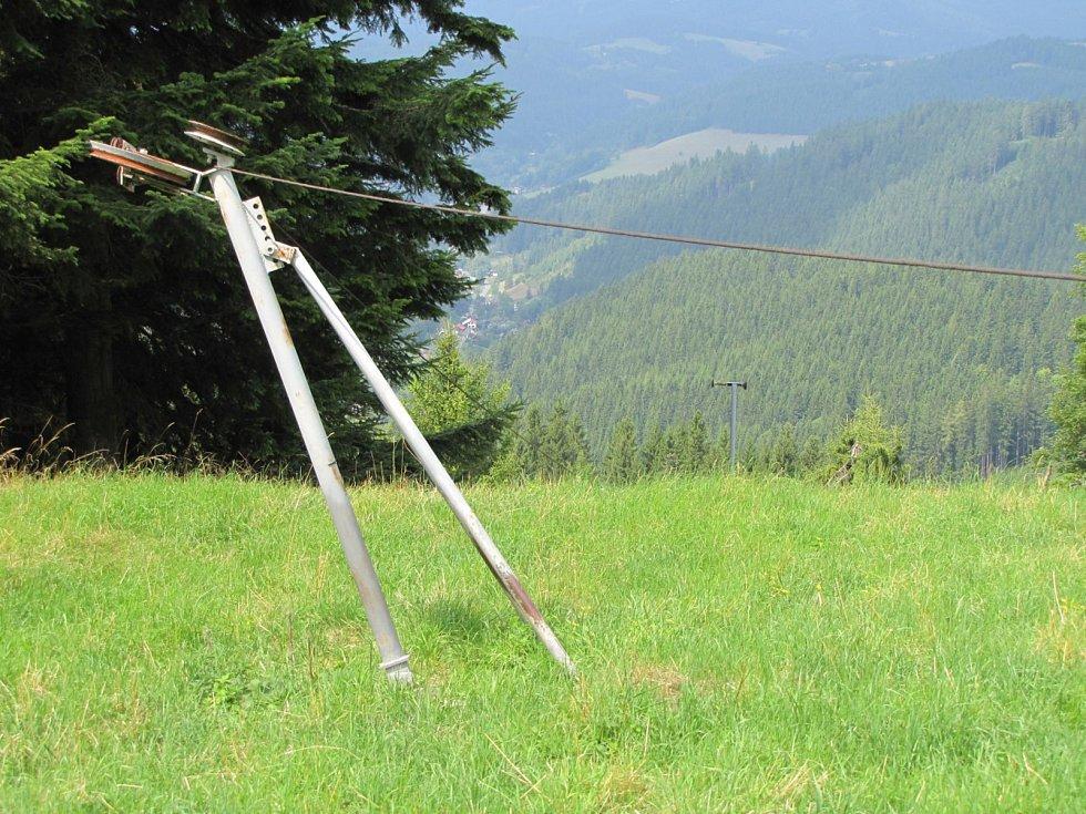Svépomocí vybudovaný lyžařský vlek Velkých Karlovicích se zalomenou trasou. Část vleku je zterénu již odstraněna.