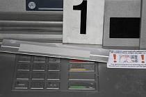 Zatím neznámý člověk nalepil na dva bankomaty lištu s oboustrannou lepicí páskou.