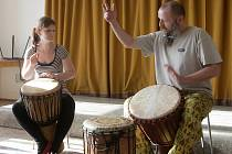 Workshop hry na africký buben djembe a basové bubny v brněnských Bohunicích.
