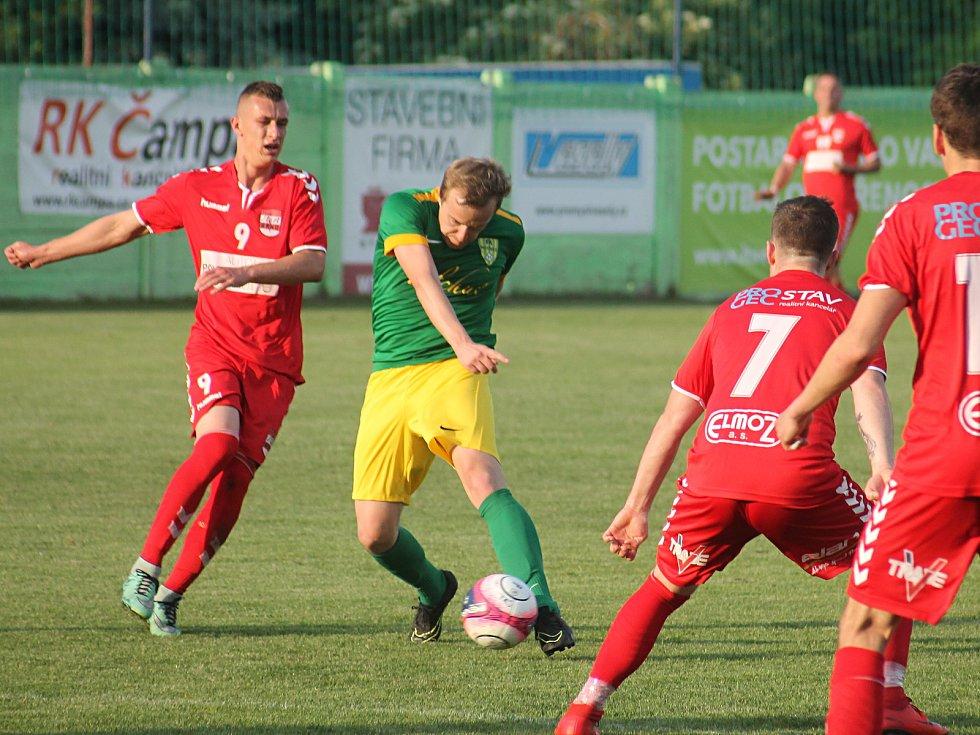 Ve finále krajského fotbalového poháru porazil Start Brno (červené dresy) Mutěnice 4:2.