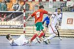 Naposledy hrála česká futsalová reprezentace kvalifikaci v Brně proti Bělorusku. Na snímku v bílém ležící Roman Mareš a Lukáš Rešetár (vpravo).