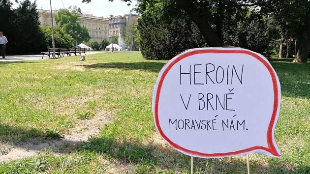 Drogy kontrolovat ale neupírat. Na Moravském náměstí ukázali příběhy závislých