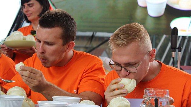 Den ve znamení meruněk. Vítěz soutěže jedlíků snědl dvacet knedlíků