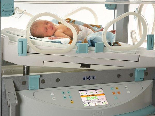 Novorozence ohřeje záření.
