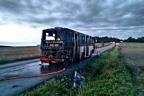 Na Brněnsku hořel autobus, cestující se dostali ven bez zranění.