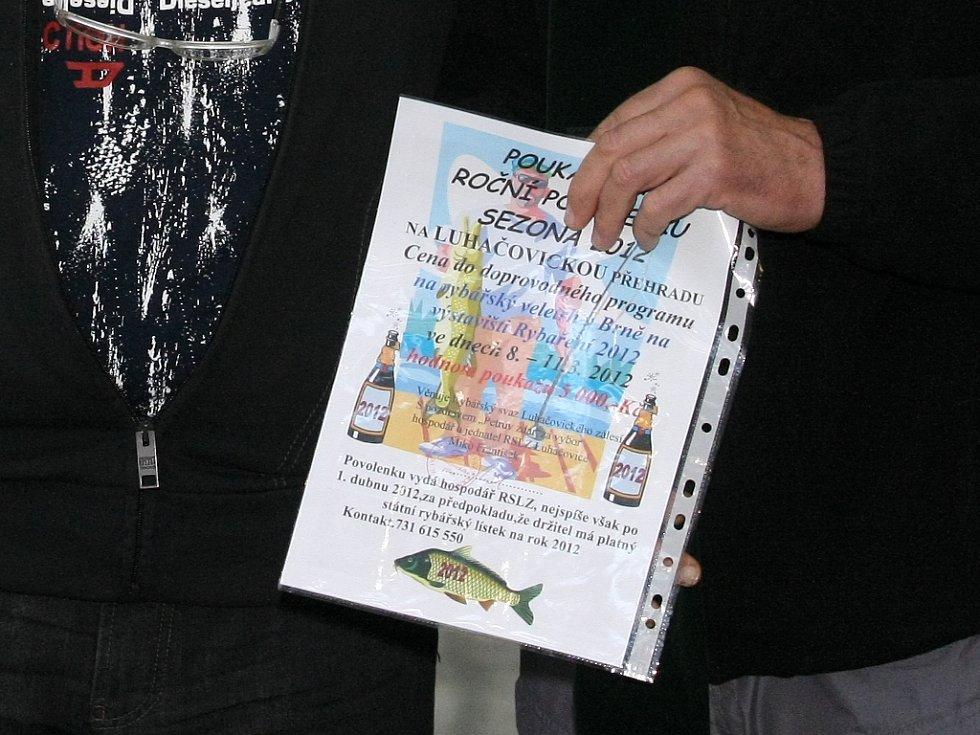 Soutěž v pojídání rybích prstů.