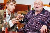V hlavní roli pošťáka Jarouška se představí Ondřej Pšenička. Jeho seriálového otce hraje Arnošt Goldflam.