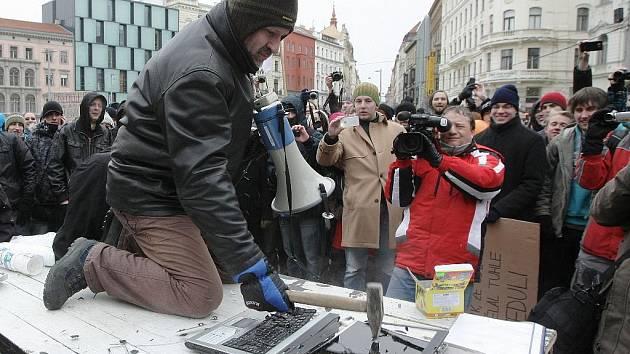 Přes pět set lidí se v sobotu sešlo na náměstí Svobody, aby protestovalo proti mezinárodní dohodě ACTA.