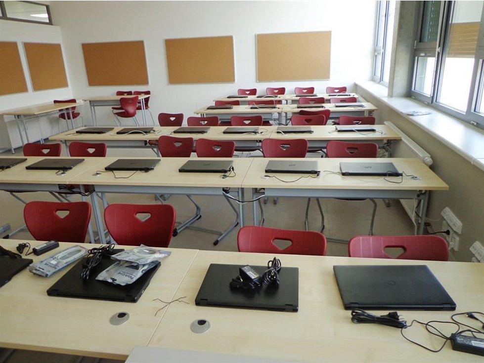 V moderní budově se školáci učí v deseti nových třídách a využijí multimediální místnost.