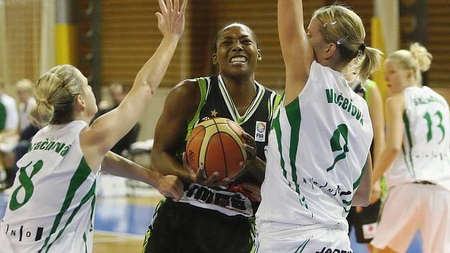 Basketbalistky Frisca v utkání s Valosunem.