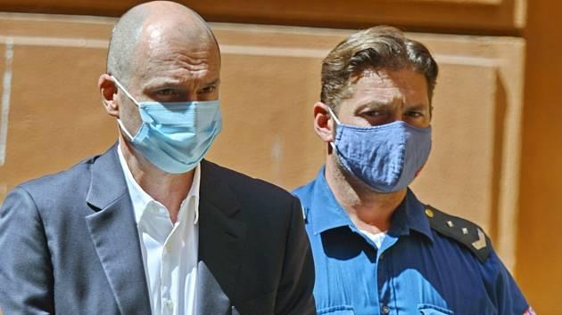Vrchní soud zrušil rozhodnutí o propuštění Švachuly z vazby