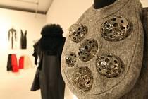 Nová výstava Moravské galerie v Brně nazvaná Někdy v sukni představuje tvorbu umělkyň, které se prosadily v devadesátých letech minulého století.