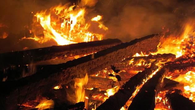 Požár ekologické stavby ve Svatoslavi na Tišnovsku.