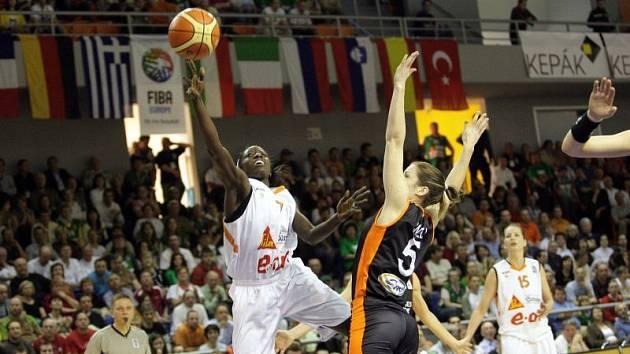 2. zápas fináloveho turnaje Final Four 2008 vyhrály po dramatickém zápase basketbalistky Brna v prodloužení 90:81.