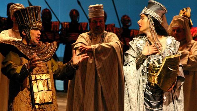 Kostýmy vytvořil Josef Jelínek, který oblékl i poslední brněnskou inscenaci Nabucca