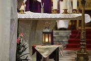 Stovky lidí se zúčastnily mše v brněnské katedrále na Petrově. Skauti přinesli Betlémské světlo.