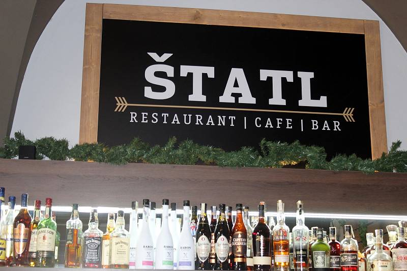 Lidé poprvé po dlouhé době zamířili v pondělí na oběd i do vnitřních prostor restaurací. Třeba do Štatlu na brněnském náměstí Svobody.