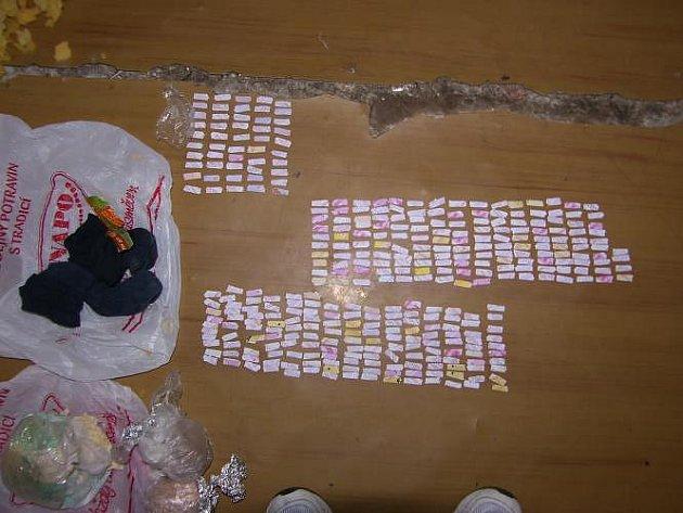 Více než dva tisíce dávek heroinu našli členové brněnského Toxi týmu u trojice dealerů drog.