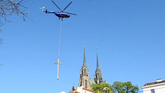 Dvanáctimetrový kříž s pláštěm z bronzového plechu, který předloni přivítal papeže Benedikta XVI. na tuřanském letišti, shlíží na Brno z Denisových sadů.