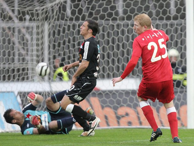 Fotbalisté brněnské Zbrojovky (v červeném) v zápase proti pražské Slavii.