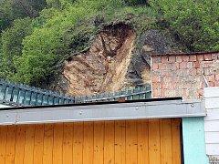 Dům v Kuřimi, u kterého se zřítila část skály.