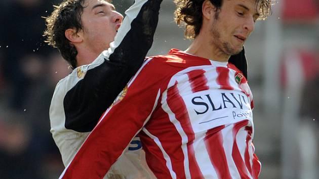 Martin Lejsal a Róbert Demjan v souboji v utkání 10. kola Gambrinus ligy.