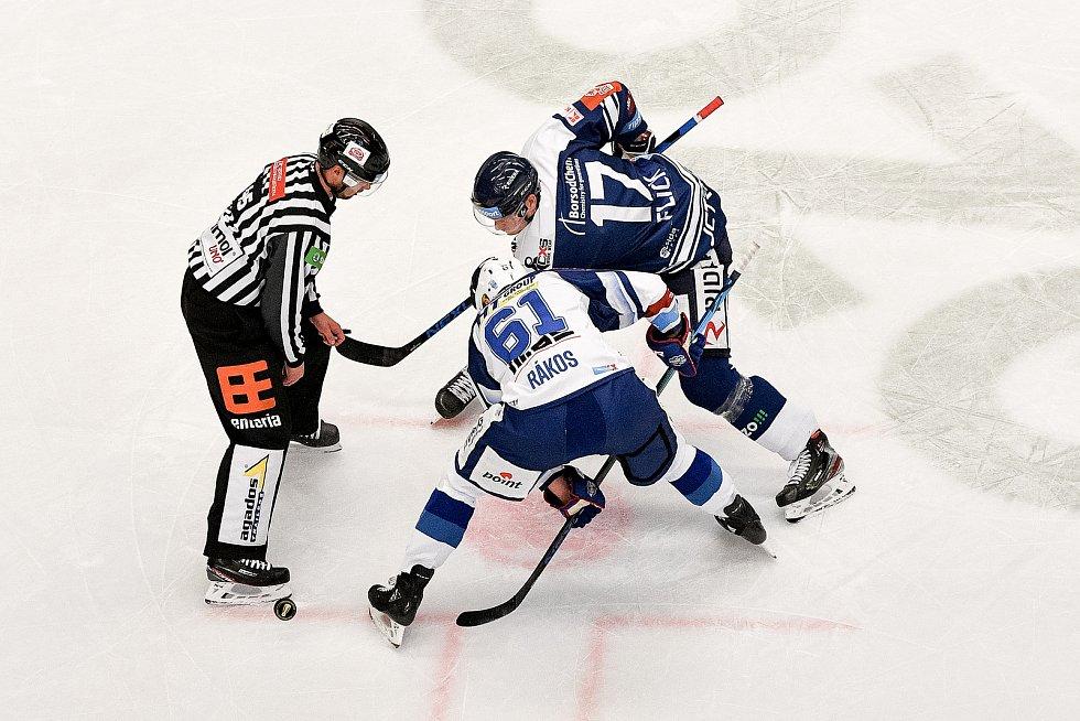 Utkání předkola play off hokejové extraligy - 5. zápas: HC Vítkovice Ridera - HC Kometa Brno, 16. března 2021 v Ostravě. (zleva) Daniel Rákos z Brna a Robert Flick z Vítkovic.