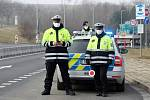 Policisté kontrolují přejezdy mezi okresy. Zákaz přejíždění bude zřejmě platit i o Velikonocích.