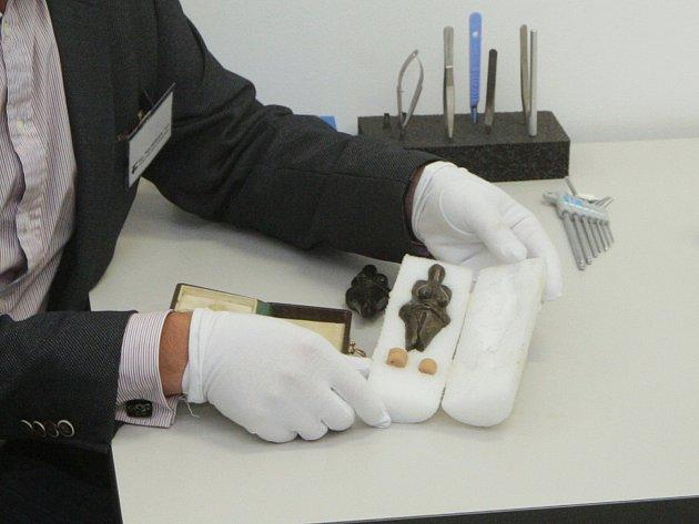 Policisté vyzbrojení samopaly, auta zásahové jednotky a muž s malou příruční aktovkou. Šlo o převoz sošky Věstonické venuše z Moravského zemského muzea ke zkoumání do brněnských laboratoří firmy FEI.