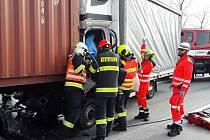 Srážka dodávky a kamionu omezila v úterý dopravu na dálnici D2 u Rajhradic na Brněnsku.