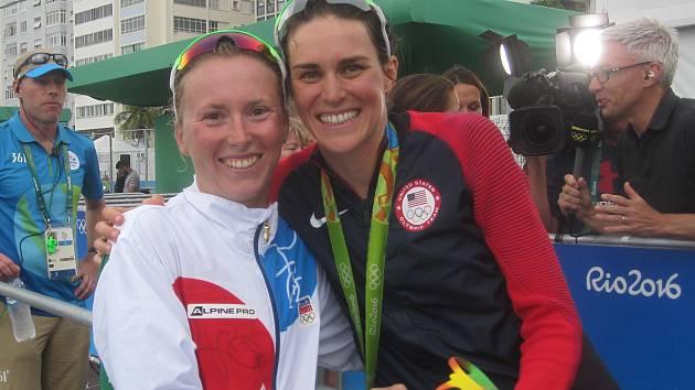 Triatlonistka Vendula Frintová (vlevo) s olympijskou vítězkou Gwen Jorgensenovou.