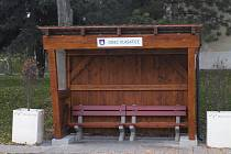 Ve Vlasaticích mají nové dřevěné autobusové zastávky.